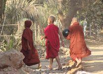 monniken bedelen - Myanmar - foto: Berry ter Horst