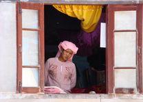 novice uit raam - Myanmar - foto: Berry ter Horst