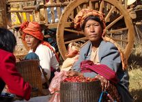 vrouwen op markt - Inle Lake - Myanmar - foto: Berry ter Horst