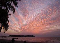 ondergaande zon mooie lucht - Ngapali - Myanmar - foto: Berry ter Horst