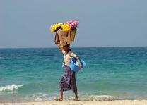 verkoper op strand mand - Ngapali - Myanmar