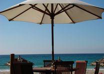 zitje met parasol strand - Ngapali - Myanmar - foto: Berry ter Horst