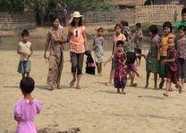 lokaal dorpje aan de Kaladan rivier tussen Mrauk U en Sittwe - Mrauk U - Myanmar - foto: Tobias Esche