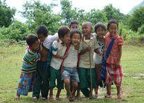 kindjes poseren voor de foto - Myanmar - foto: Harry Ebbers