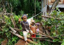 zwaaiende kindjes tijdens trekking - Myanmar