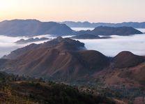 Bergen in de nevel - Myanmar - foto: Archief