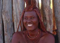 lachende himba vrouw - Damaraland - Namibië - foto: Berry ter Horst