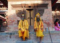 mannen in gele gewaden - Kathmandu - Nepal