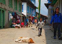 Lukla straatbeeld - Lukla - Nepal - foto: Archief