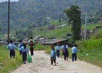 wandelende schoolkinderen - Nepal - foto: Archief