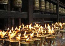 Kaarsen en gebedsmolens - Nepal - foto: Archief