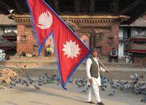 Man met vlag op Durbar Square, Kathmandu - Kathmandu - Nepal - foto: Mieke Arendsen