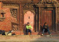 Drie mannen op een stoep in Nepal - Nepal - foto: Mieke Arendsen