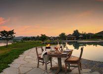 diner bij zwembad Barahi Jungle Lodge in Chitwan - Barahi Jungle Lodge - Nepal - foto: Barahi Jungle Lodge