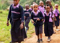schoolkinderen in Bwindi (2) - Bwindi - Oeganda - foto: Robert van Hall