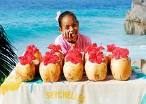 Meisje met kraampje - Seychellen - foto: Seychelles Tourist Office