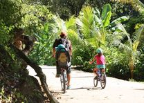 Fietsen La Digue 2 - La Digue - Seychellen - foto: Martijn Visscher