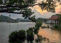 Kandy lake - Kandy - Sri Lanka - foto: Mieke Arendsen