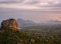 Lions Rock vanaf Pidurangala - Sri Lanka - foto: Mieke Arendsen