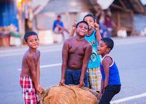 kinderen met zware mand - Sri Lanka - foto: lokale agent