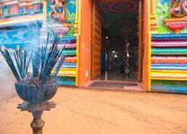 kleurrijke tempel en wierook - Sri Lanka - foto: lokaal agent