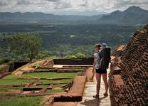Lions Rock met kind in rugdrager - Sri Lanka - foto: Anke Schoorlemmer