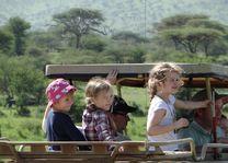 uitzicht vanuit jeep met kinderen - Tanzania - foto: Berry ter Horst