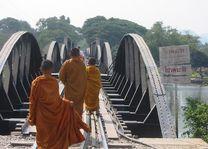 spoorlijn met monniken - River Kwai - Thailand