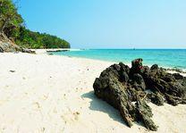 Steen op strand, Koh Pai island, Krabi - Thailand
