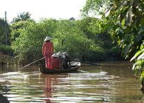 Vietnam - Mekong Delta - vrouw roeit met toeristen - foto: Daniel de Gruiter