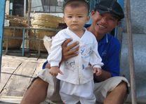 man met kind - Vietnam - foto: Berry ter Horst