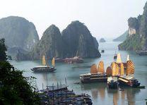 Halong Bay uitzicht op bootjes - Halong Bay - Vietnam - foto: Floor Ebbers