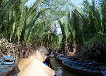 mensen met hoedjes in boot - Mekong Delta - Vietnam - foto: Floor Ebbers