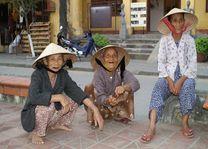 zittende mensen met hoedjes - Vietnam