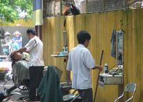 kapper op straat Hanoi - Hanoi - Vietnam - foto: Floor Ebbers