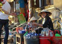verkoopster met eten in Hoi An - Hoi An - Vietnam - foto: Berry ter Horst
