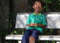 lachende jongen op bank in Vietnam - Vietnam