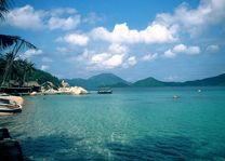 palmbomen en bootjes in zee Whale Island - Whale Island - Vietnam