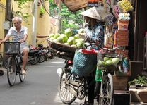 Straatverkoper in Hanoi - Hanoi - Vietnam - foto: Mieke Arendsen