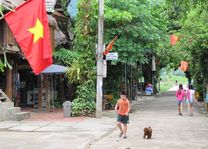 staat in een Mai Chau vallei dorpje - Mai Chau - Vietnam - foto: Mieke Arendsen