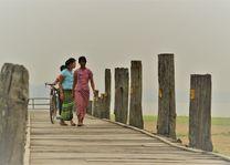 vrouw met fiets - U Bein brug - Mandalay - Myanmar - foto: Daniel de Gruiter
