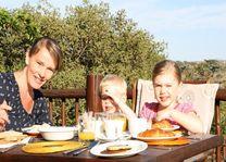 familie tijdens ontbijt - Kololo Game Reserve - Zuid-Afrika - foto: Esther van den Berg