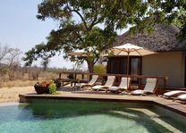 zwembad met ligbedden van Klaserie Sands - Klaserie Sands - Zuid-Afrika - foto: Martijn Visscher