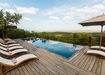 zwembad met ligstoelen van Rhino Ridge in Hluhluwe - Rhino Ridge - Zuid-Afrika - foto: Rhino Ridge