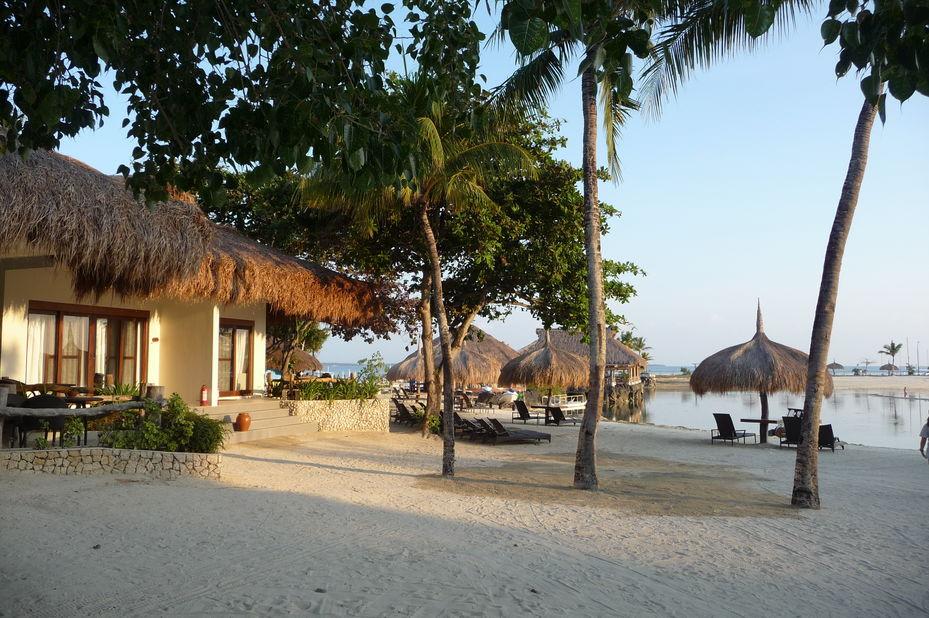 Bluewater Maribago Beach Resort -buitenzijde - strand - Cebu - Filipijnen - foto: Floor Ebbers