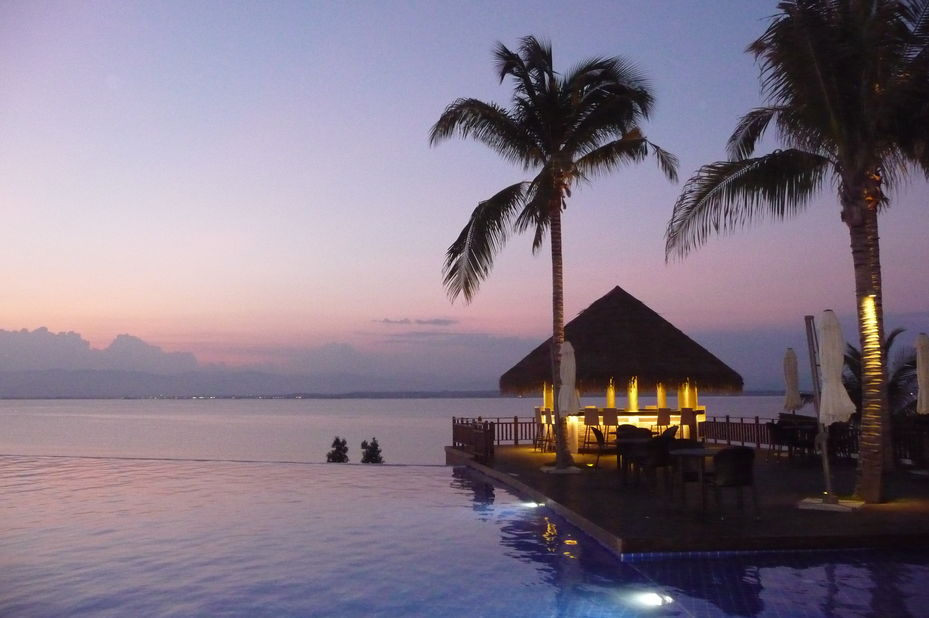 Dusit Thani Mactan - zwembad - sunset -Cebu - Filipijnen - foto: Floor Ebbers
