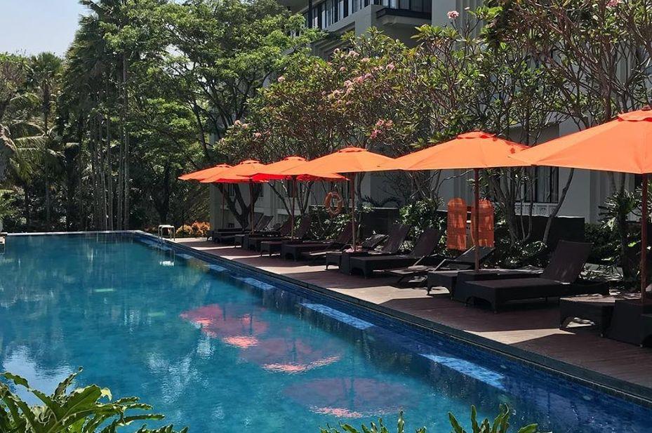 HARRIS Hotel Malang - zwembadterras -Malang - Indonesie - foto: HARRIS Hotel Malang