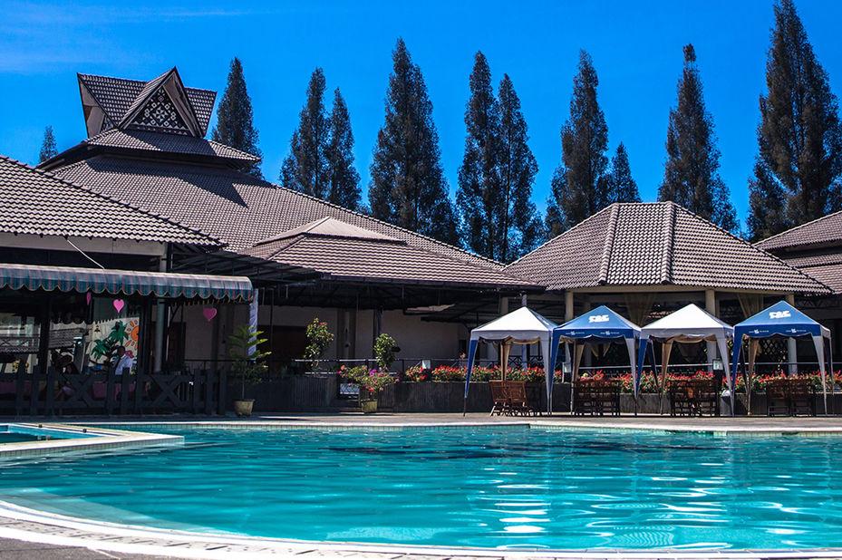 Hotel Sibayak Internasional -zwembad - Berastagi - Sumatra -Indonesie - foto: Hotel Sibayak Internasional