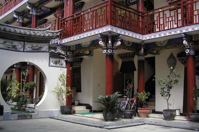 Jims Tibetan hotel - ingang - Dali - China - foto: Jims Tibetan Hotel