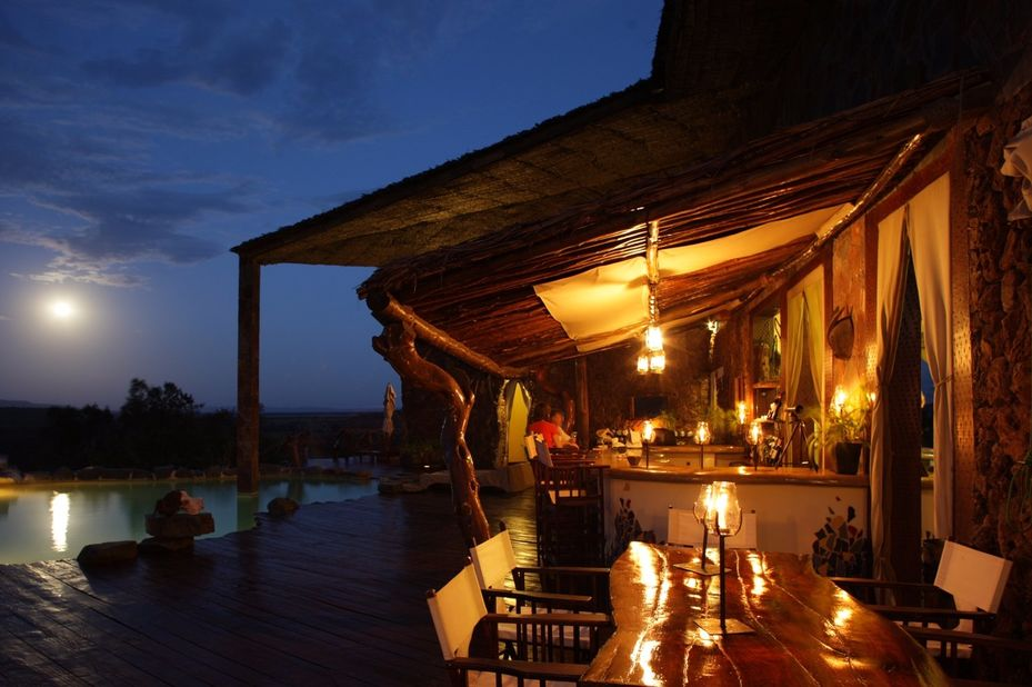 Mbalageti Serengeti Lodge - dining pooldeck - Tanzania - foto: Mbalageti-Serengeti-Lodge